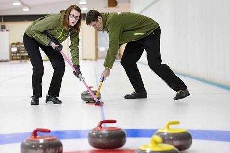 Miia ja Jari Turto keräävät Suomelle olympiapisteitä curlingissa. Isä ja tytär harjoittelevat lajia Harjavallassa.