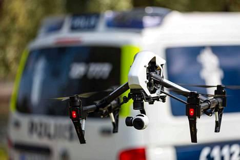 Poliisilla on tällä hetkellä käytössään jo kymmeniä miehittämättömiä ilma-aluksia eli droneja. Niitä käytetään esimerkiksi tarkkailuun tai tilannekuvan välittämiseen suurissa yleisötilaisuuksissa.