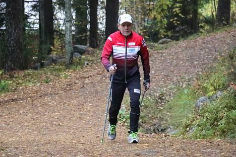 Päivittäiset lenkit sauvakävellen, hölkäten tai hiihtäen kuuluvat edelleen 70 vuotta täyttävän Veikko Ahosen päivärytmiin ympäri vuoden.
