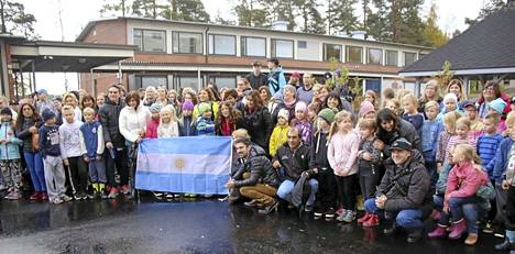 Vierailun aluksi otettiin Argentiinan opetushallinnon vieraiden kanssa yhteiskuva Sinervän koulukeskuksen pihamaalla.