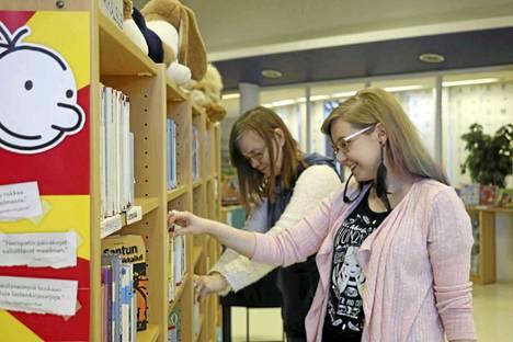 Kirjastojen työntekijät opettelevat kokonaan uuden järjestelmän. Kirjastovirkailija Marjukka Toivola ja kirjastonhoitaja Sanna Salonen toivovat asiakkailta kärsivällisyyttä.