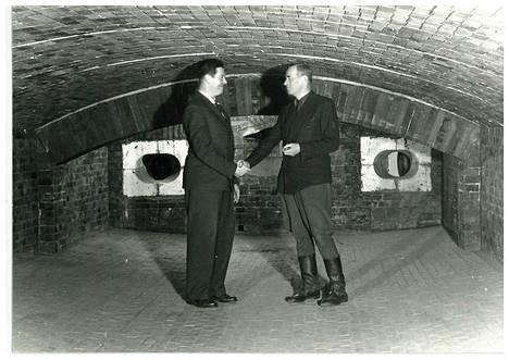 Uunissa ollaan ja homma pelittää! Liekkisulatusmenetelmää kehittänyt insinööri Petri Bryk ja kuparisulaton isännöitsijä John Ryselin paiskaavat kättä. Historiallinen kuva on otettu 23. maaliskuuta 1949.