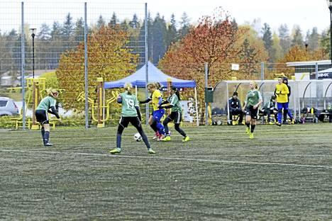 Jalkapallojunioreiden turnauksessa valmistauduttiin ensi kauden koitoksiin. Kuvassa vastakkain JyPKin tytöt ja Äänekosken Huima.
