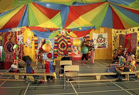 Viitisentoista Keuruun ala-asteen oppilasta opettajineen ja ohjaajineen ovat eläneet tämän viikon koulupäivät sirkusleiriläisinä ja harjoitelleet upean värikkään esityksen torstai-illaksi.