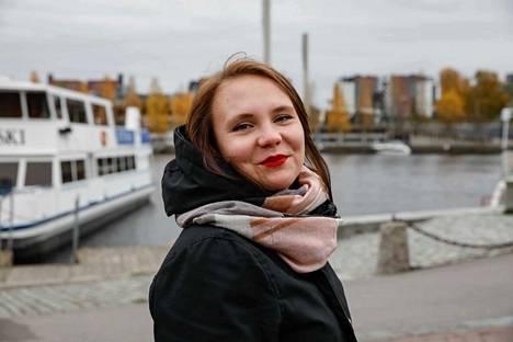 23-vuotias Jenny Timonen sai idean saattohoitajista kertovaan dokumenttiin äitinsä kuolinvuoteella. 13-minuuttinen dokumentti on kuvattu Pirkanmaan hoitokodissa Tampereella.
