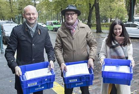 Sampo Terho, Matti Torvinen ja Tiina Elovaara toimittivat sinisen tulevaisuuden kannattajakortit oikeusministeriöön maanantaina.