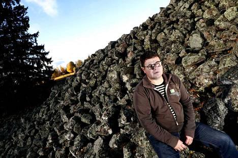 Kiukaisten Panelian kuninkaanhauta on 36 metriä läpimitaltaan ja 5 metriä korkeudeltaan. Jussi Mäkikallin, Kiukaisten ja kuntaliitosten aika on vain häivähdys sen historiassa.