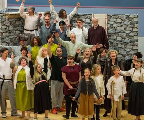 Kalevalan pohjalta tehdyssä Satu Sammosta -musikaalissa on mukana yhteensä noin 50 kuorolaista, jotka kokoontuivat ensimmäisiin harjoituksiin jo vuosi sitten lokakuussa.