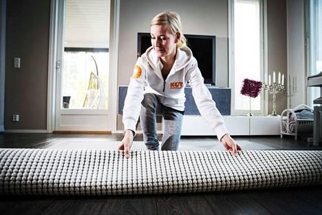 Koti Puhtaaksi -yrityksen siistijä Heli Jämsen kertoo pitävänsä työstään. Aiemmin hän on työskennellyt rakennussiivoojana. Työ oli raskaampaan, mutta hieman paremmin palkattua kuin kotisiivous.