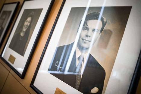 Kittilän valtuuston puheenjohtajien valokuvat ovat valtuustosalin seinällä, kun valtuutetut päättävät poikkeuksellista asioista.
