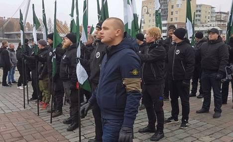 Jesse Torniainen (etualalla) osallistui Tampereella tänään järjestettyyn uusnatsien mielenosoitukseen.