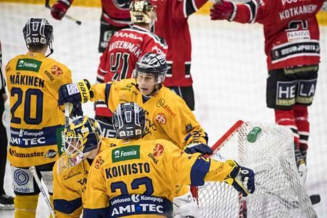Ässien 2–2-tasoitusmaali syntyi Jesperi Kotkaniemen lavasta. Lukon päävalmentaja Pekka Virta halusi haastaa osuman, mutta videotarkistus ei muuttanut tilannetta miksikään.
