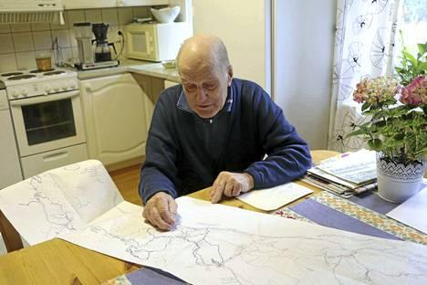 Turenkilainen sotaveteraani Kaino Kauranen tutkailee kartasta matkaa, jonka hän kulki sotavuosinaan. Hän taisteli rintamalla kolme vuotta.
