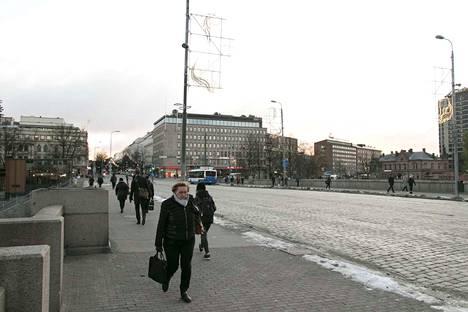 Näky tiistaina aamulla Hämeensillalla. Patsaat on viety evakkoon siltaremontin tieltä.