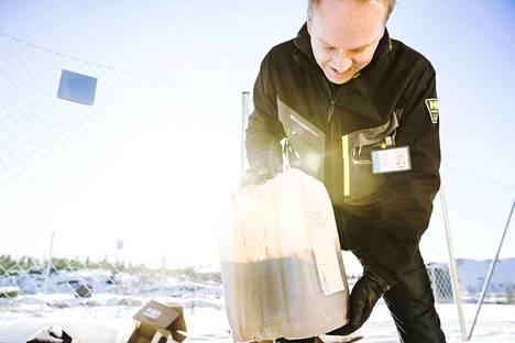 Ecomationin toimitusjohtaja Tommi Pajala esittelee kuivatislaamon yhtä lopputuotetta, öljyä. Prosessi tuottaa myös kaasua, hiiltä ja terästä.