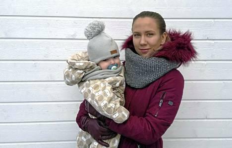 Vuoden nuori yrittäjä Emmi Simsiö johtaa Keuruun Ykkösvaraosaa ja työskentelee etänä kotoa, Jyväskylästä käsin. Kuvassa myös poika Elmeri.