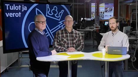 Aamulehden toimittajat Kari Happonen (vas.) ja Sami Suojanen avaavat studiokeskustelussa Pirkanmaan suurituloisimpien taustoja. Keskustelun juontaa Tatu Airo.