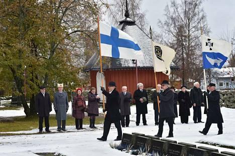 Keurusseudun Reserviläiset ry laski sankarimuistomerkille seppeleen.
