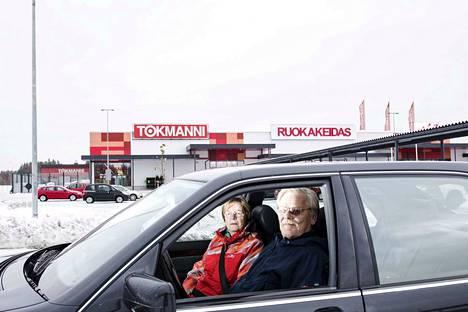Kauppiaspari Jaakko ja Terttu Pirtinaho luopuivat tänä vuonna Ylöjärven Citymarketin vetämisestä, mutta eivät malta jäädä kokonaan eläkkeelle. He ovat mukana kiinteistösijoittamisessa, minkä tuloksena Ylöjärvelle aukesi keväällä Tokmannin kauppakeskus.