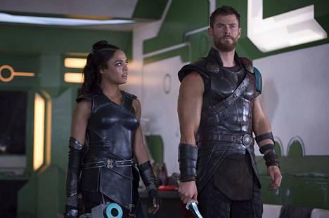 Thor (Chris Hemsworth) joutuu luopumaan pitkistä kutreistaan elokuvassa Thor: Ragnarök. Valkyrien roolissa on Tessa Thompson.