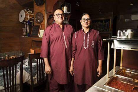 Jaswinder Singh (vas.) ja Surinder Kaur työskentelevät molemmat sekä keittiössä että salin puolella. Singh tekee enää vain muutaman kokkivuoron viikossa, mutta valmistelee keittiön aamuisin.