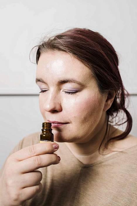 Tutkimusryhmässä mukana oleva Katri Salminen on harjaantunut nuuhkimaan erilaisia hajuja.