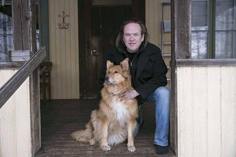 Mikko Syrjä viettää rauhallista maalaiselämää Ylöjärvellä samassa teini-ikäisen poikansa, sekarotuisen koiran, yhden maatiaiskissan ja kolmen burmankissan kanssa.