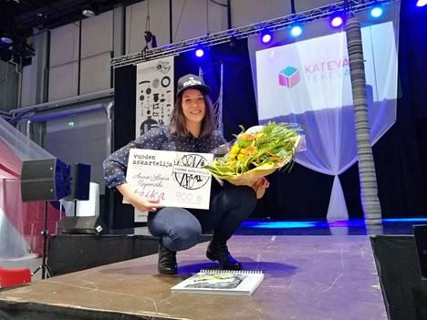 Nokialainen Anna-Leena Rajamäki otti Vuoden askartelija -voiton vastaan Lahden Kätevä&Tekevä-messuilla lauantaina.