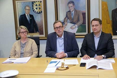 Kaupunginhallituksen puheenjohtajat Sirpa Hagsberg (sd), Markku Tuuna (kok) ja Vilhelm Junnila (ps) kertoivat budjetin laadinnan sujuneen yksimielisesti.