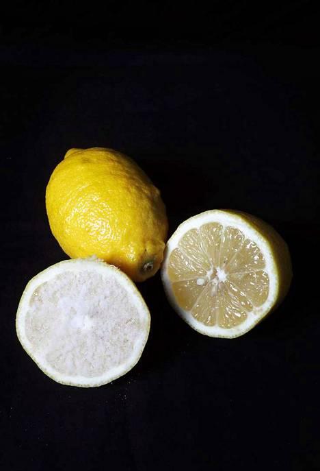 Sitruunan teho perustuu sen sisältämään sitruunahappoon. Kokeile sitruunaa rasva- ja kalkkitahrojen poistoon.