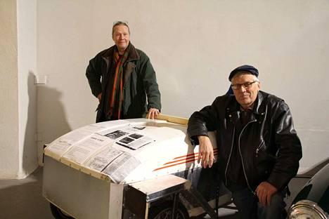Eko Hakanen (vas.) ja Reijo Alander itserakennetun Airia-sähköauton vieressä. Runkona on käytetty suksiboksia.