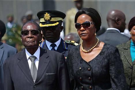 Robert Mugabe vaimonsa Grace Mugaben kanssa. Etelä-Afrikan hallituksen antaman lausunnon mukaan Robert Mugabe on kertonut olevansa kunnossa, mutta hän on kotiarestissa.