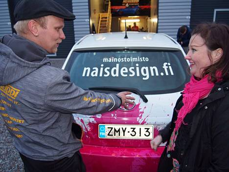 Minna Nousiaiselle yrityksen väreillä yliteipattu auto on myös liikkuva mainosteline.