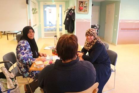 Ahlam Jaber ja Basima Al-Sammari saapuivat Suomeen lukutaidottomina. Nyt he opettelevat suomen kieltä Elina Makkosen opastuksella.