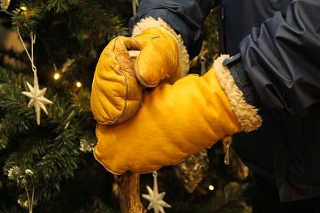 Joulupukin mieluisimmat lammasnahkarukkaset ovat keltaiset. Tukeva keppi  kuuluu varusteisiin.