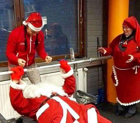 Kuntosalivastaava Pajunoja puolestaan testasi joulupukin kuntoa. Joulukunnossa tuntui teräsvaari olevan, eikä varmistusta tarvittu.