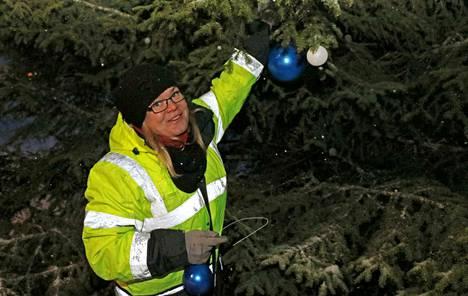 Juupajoen projektityöntekijä Katriina Vuorikivi koristelemassa Suomi 100 -kuusta Juupajoen joulunavausta varten.