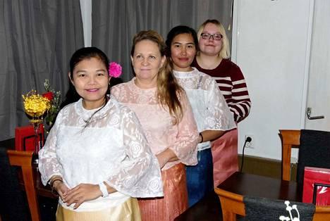 Chanita´s -ravintolassa työskentelevät, etualalla, Chanita Parviainen, Pirjo Rantanen, Mawika (Joy) Khaothong ja Pinja Karvinen. Tarjolla on sekä suomalaista että thaimaalaista ruokaa ja myös aamiaista.
