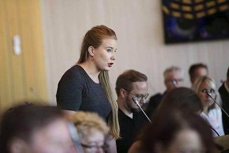 Iiris Suomelan rohkeutta puhua Tampereen kaupunginvaltuustossa on kiitelty.