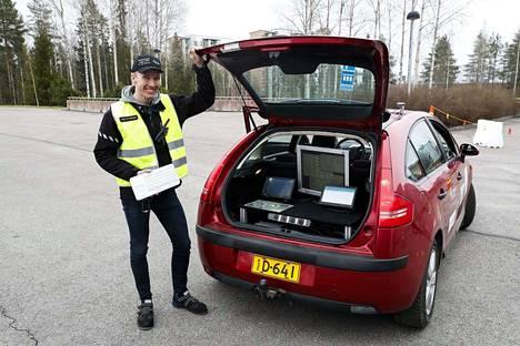 Tutkija Pasi Pyykönen esitteli robottiautoa ensin toimittajille ja sitten ministeri Anne Bernerille.