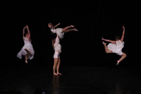 Danzaren tytöt Matilda Orpana, Fanni Anttoora, Nita Savela ja Amanda Orpana esittivät Haloo Helsingin Tuntematon-kappaleeseen tehdyn Matilda Orpanan koreografian.