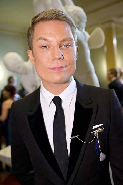 Jare Tiihonen eli räppäri Cheek saapui vuoden 2012 Linnan juhliin Louis Vuittonin puvussa.