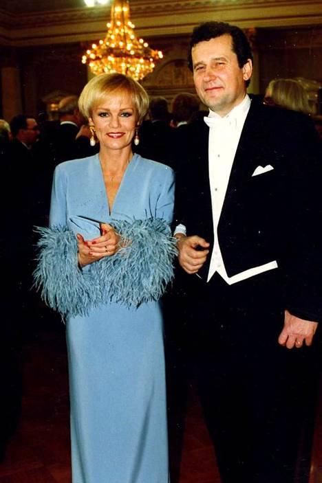 Vuonna 1993 Katri Helena edusti Linnan juhlissa yhdessä Panu Rajalan kanssa.
