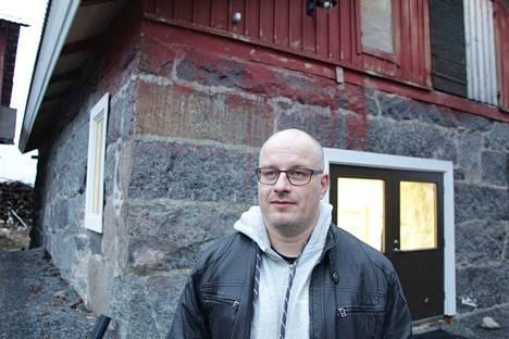 Matti Kankaanniemi toimistonsa, entisen navetan, edustalla Tyrvään Kartanon pihapiirissä.