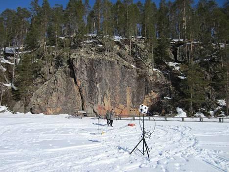Tutkijat ovat tehneet mittauksia muun muassa Suomussalmen Värikallion maisemissa. Poikkeukselliset kaikuolosuhteet luovat erikoisia aistimuksia. Ääni voi kuulua kahdesta suunnasta samaan aikaan tai suoraan kallioon maalatuista hahmoista.