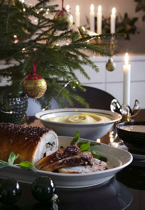 Olutkastike kruunaa mehevän rullan. Palsternakkapyree toimittaa laatikoiden virkaa ja palsternakan aromikkuus sopii hyvin joulupöytään.