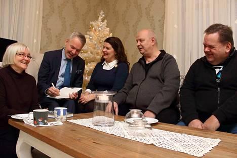 Kankaanpään Vihreät olivat kutsuneet Pekka Haaviston paikkakunnalle. Haaviston tapasivat Irmeli Elomaa, Mia Nother, Harri Kangas ja Timo Lindvall. Haavisto signeerasi uutuuskirjansa Lipunnosto ja räätälin viisaus.