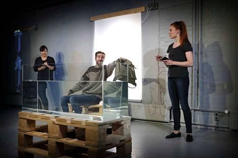 Rakastajat-teatterin Karkotetut-näytelmässä käsikirjoittajat (Angelika Meusel ja Ulla Raitio) yrittivät selvittää, miten poliisi (Tomi Alatalo) saattaa karkotetut turvallisesti määränpäähänsä.