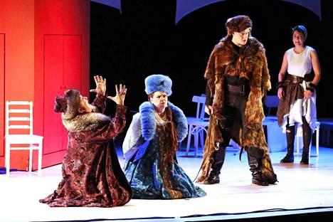 Porin Oopperan Ratsumiehessä solistit loistivat. Kuvassa Aki Alamikkotervo, Sari Nordqvist, Tapani Plathan ja Mari Palo.