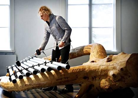 Taiteilija Mauri Kosonen ja hänen teoksensa The Lyre of M. Orpheus Rauman taidemuseon näyttelyssä Korkeemman kaiun saa.